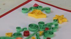 Veja como fazer um cartão de Natal de quilling de dobradura. Dica ideal para você personalizar os presentes para a data especial.