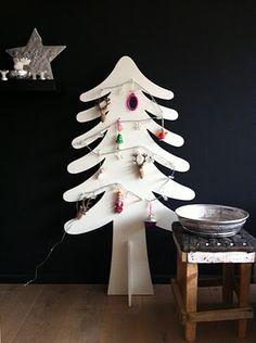 Cut out Xmas tree Cardboard Christmas Tree, Unique Christmas Trees, Noel Christmas, All Things Christmas, Vintage Christmas, Christmas Crafts, Xmas Trees, Cardboard Tree, Christmas Express