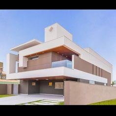 Projeto Arquitetônico Residencial Unifamiliar  Local: Alphaville I Autor do projeto: Arq. Dalber Agüero  Execução da obra: @cadi_construtora Fotografia: @fellipelima.fotografia _________________________________________ #campograndems #loteamento #telhado #terreno #architecture#brasil #arquitetura #brasilia #goiania #archdailybr #decor #architecturemasters #architecturelovers #alphaville #archilovers #condominio #concreto#casacontemporanea#contemporany#contemporanyhouse #contemporaneo…