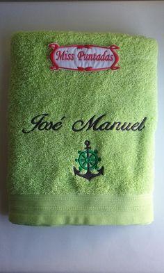 Toalla verde pistacho. Toalla de ducha con ancla , timón y nombre bordado.  Toalla 100% algodón de 0,70 cm. x 1,30 cm.  Producto lavable a máquina y se puede usar secadora.  Producto hecho en España.