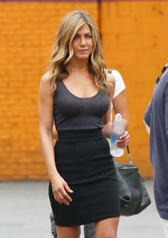 Jennifer Aniston Candids on the Set Of Bounty Hunter in New York Jul 17 2009 Rachel Green Outfits Aniston Bounty Candids Hunter Jennifer Jul Set York Jennifer Aniston Friends, Jennifer Aniston Style, Jennifer Aniston Pictures, Estilo Rachel Green, Rachel Green Outfits, Jeniffer Aniston, Jenifer Lawrence, Friend Outfits, Kate Middleton