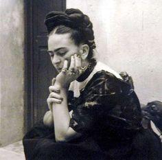 Reproduktion eines Fotos der mexikanischen Malerin Frida Kahlo.