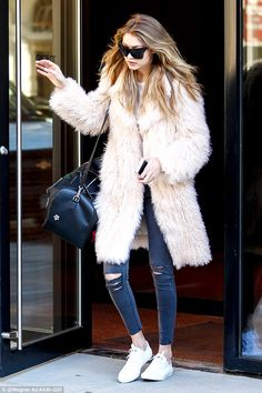 Gigi Hadid rushes out of NYC pad as she scurries to modeling gig - Celebrity Fashion Trends Estilo Gigi Hadid, Gigi Hadid Style, Mode Statements, Gigi Hadid Outfits, Black Faux Fur Coat, Bcbg, Models, Mantel, Winter Outfits