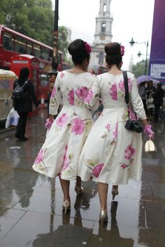 London Fashion Week street style They Are Wearing: London Fashion Week - Slideshow Friends Fashion, World Of Fashion, Fashion News, Cute Dresses, Beautiful Dresses, Cute Outfits, Skirt Fashion, Fashion Outfits, Spring Summer