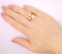Trio de anéis folheados a ouro 18k. Formato solitários. Com pedras de zircônias e detalhes em ródio (ouro branco)