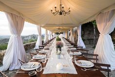Can you even imagine hosting a wedding in Tuscany? It simply doesn't get more romantic, and this beautiful soiree captured by Amy Turner and planned to perfection by Super Tuscan Wedding Planners . Next Wedding, Wedding 2015, Dream Wedding, Wedding Ideas, Wedding Planner Italy, Italy Wedding, Wedding Seating, Wedding Reception Decorations, Decoration Party