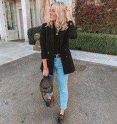 Look calça mom jeans, tshirt preta, blazer alongado preto e mocassim preto.