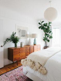 ぬくもりのあるリネンでまとめた寝室には、濃いグリーンの観葉植物がおすすめ。目覚めた時にも爽やかな朝日と力強いグリーンが目に飛び込んできます。