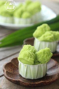 Pandan Steamed Cake (Huat Kueh) at Craving Nomz Thai Dessert, Dessert Dishes, Cupcake Flavors, Cupcake Recipes, Dessert Recipes, Nasi Lemak, Indonesian Desserts, Asian Desserts, Chinese Cake