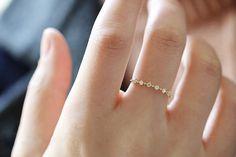 Sehr sehr schön-Ring, die glänzenden und großartig ist, wird es eine Menge Aufmerksamkeit anziehen, wenn Sie tragen, auch kann verwendet werden, als ein Versprechen-Ring:)   【 Material 】: 14 k gold eingelegten Tschechische Zirkon (Innenring sind 14 k Worte markieren) 【Size】: Ring Oberfläche Größe Breite 2,5 mm, unten von der engsten 0,5 mm  _____________________________________________________  ❈ Alle Metall Material ist 14k gold. Ist nicht vergoldet, sondern die echte 14k gold.  ❈ Preis der…
