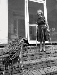 Flannery O'Connor, considerada una de las mejores escritoras estadounidenses del siglo XX, junto a su pavo real.