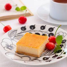 . また美味しいお菓子ができちゃいましてお知らせです チーズタルトなのですが濃厚で口溶けが良くてチーズケーキ好きの方にぜひ食べていただきたいなぁ . 先日のチーズケーキ種類食べ比べを経ていま一番美味しいと思うチーズタルトを作りました . 四角いタルトですこの形にしたのは色々理由がありましてレッスンでお話ししますね . 11回試作をしてたので告知が遅くなっちゃいました レッスン気になるよって方はあと席ですがストーリーのリンクからブログに飛べますので見てみてくださいね . 受講予定のみなさまお待ちしております