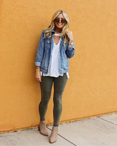 Take a look at the best what to wear with moto leggings in the photos below and get ideas for your outfits! 30 modi di indossare i leggings in inverno Image source Legging Outfits, Leggings Outfit Summer, Green Leggings, Sporty Outfits, Leggings Fashion, Jean Jacket Outfits, Winter Outfits Women, Spring Outfits, Leggins Casual