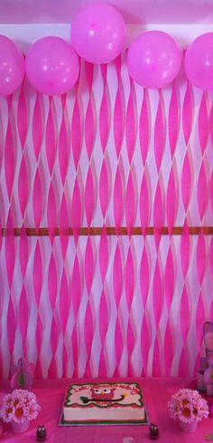Decoración de fondo de mesa de postres con globos u serpentinas, sencillo y decorativo. #DecoracionMesaDePostres