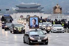 Comitiva fúnebre del expresidente surcoreano Kim Young-sam pasando por Gwanghwamun en Seúl