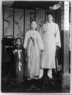 Noble family indicated by the decorative furnishings in their residence (Korea) Korean Photo, Korean Art, Photos Du, Old Photos, Vintage Photos, Korean Traditional Dress, Traditional Outfits, Time In Korea, Korean Hanbok