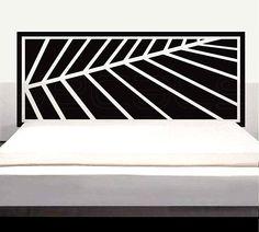 une tête de lit en noir et blanc en vinyle dans la chambre à coucher blanche