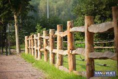 Hekwerk: Post & rail uitvoering met 3 liggers Backyard Fences, Garden Fencing, Ranch Fencing, Split Rail Fence, Country Fences, Dream Stables, Old Bricks, Wooden Fence, Tree Designs