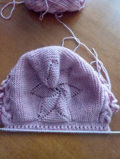 Que ganitas tenía de volver por aquí y este año espero ( un nuevo propósito) publicar más a menudo. No es que no haya esta... Baby Hats Knitting, Arm Knitting, Knitting For Kids, Crochet For Kids, Knitted Hats, Knit Crochet, Crochet Hats, Baby Hat Patterns, Knitting Patterns