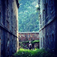 Coll de Ladrones,impresionante fortaleza en ruinas que se comenzó a construir en el siglo XVIII. Es un enclave mágico que podrás conocer a través del Hotel Santa Cristina, desde donde se divisa el fuerte