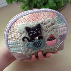 Tea or coffee Japanese Patchwork, Japanese Quilts, Patchwork Bags, Quilted Bag, Fabric Handbags, Fabric Bags, Image Deco, Cat Bag, Small Quilts