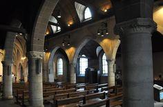 L'église actuelle de Saint Denys de la Chapelle date en grande partie du XVIII ème siècle, les seuls vestiges de l'église primitive de 1204 sont les quatre premières travées de la nef, séparées du reste par des piliers ronds...
