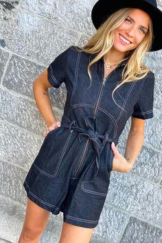 Et si vous craquiez pour une combinaison short en jeans ? Rien de tel pour affiner la taille. Look Short, Short En Jean, Gypsy, Shirt Dress, Jeans, Shirts, Collection, Dresses, Fashion