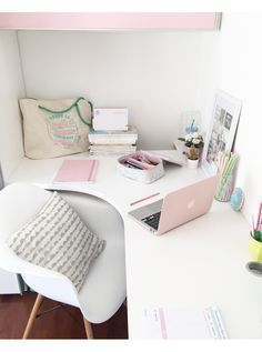 I want a corner desk 😍 Teen Bedroom Designs, Cute Bedroom Ideas, Cute Room Decor, Study Room Decor, Teen Room Decor, Bedroom Decor, Home Office Design, Home Office Decor, Desk Inspiration