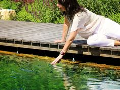 Ein Timberra® Naturpool ist ein Kraftplatz im Garten. Einfach am Poolrand sitzen, das natürliche Wasser genießen und die Seele baumeln lassen. Living Pool, Water Purification, Architectural Materials, Simple, Timber Wood, Lawn And Garden