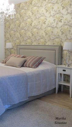 Romanttinen vaalea, valkoinen, beige, makuuhuone, sängynpääty, kristallikruunu, kukkatapetti