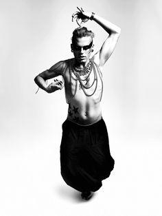 Fashion Shooting im Studio in Schwarz-Weiß mit Male Model Niqueta Haydn, Make-Up und Styling von Niqueta Haydn, Assistance von Lisa-Maria Trauer und Photo sowie Postproduction by Dominique Hammer Photography,