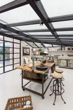 全体ガラス張りの天窓の下の明るく開放的なワークスペース 作業スペース 天井のフレームには照明も