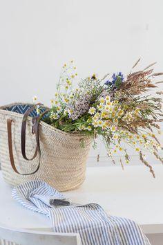 A Foraged Wild Bouquet - Avenue Lifestyle Avenue Lifestyle Vintage Flower Arrangements, Flower Centerpieces, Summer Flowers, Wild Flowers, Market Baskets, Flower Quotes, Types Of Flowers, Flowering Trees, Summer Garden