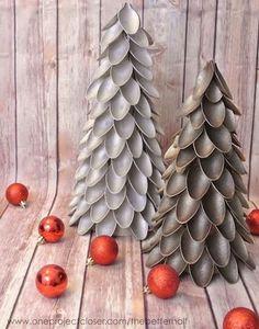 Árvore de Natal feita com colheres de plástico