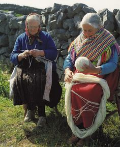 Irish ladies - this looks like the perfect retirement to me strikking We Are The World, People Around The World, Knitting Projects, Knitting Patterns, Wooly Bully, Art Du Fil, Irish Eyes Are Smiling, Knit Art, Thinking Day