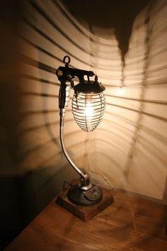 Création lampe luminaire récup unique ancien pistolet à peinture vintage, cage en métal, #LampRecup