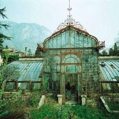The Villa Maria Greenhouse before restoration. (More pictures here --> http://lakecomoville.altervista.org/serra-villa-maria/)