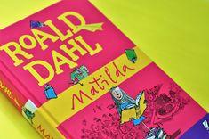 Túto recenziu som chcela stihnúť k MDŽ, ale nakoniec ani Matilda v kalendári nie je zlá príležitosť :). Prečítajte si, prečo túto knihu polovica ľudí miluje a druhá preklína. Roald Dahl, Matilda, Cover, Books, Livros, Livres, Book, Blankets, Libri