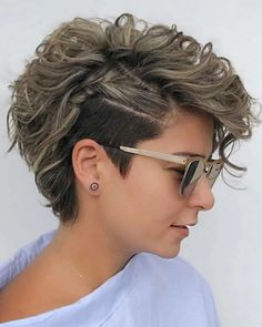 Side undercut curly short haircut for women Curly Pixie Haircuts, Short Curly Pixie, Thin Hair Haircuts, Short Hair Cuts, Easy Hairstyles, Hairstyle Ideas, Pixie For Curly Hair, Pixie Cut Hairstyles, Shaved Curly Hair