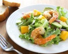 Salade verte de crevettes, mangue et avocat : http://www.cuisineaz.com/recettes/salade-verte-de-crevettes-mangue-et-avocat-16939.aspx