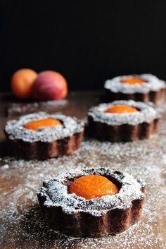 Dark Chocolate and Apricot Tarts. Dark chocolate and apricot tarts Tart Recipes, Fruit Recipes, Sweet Recipes, Dessert Recipes, Cooking Recipes, Fruit Dessert, Breakfast Dessert, Dessert Ideas, Breakfast Ideas
