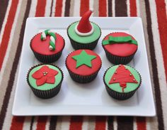 I think reader in here all know that how to make a superb cupcake already. Today, I just wanna to share others creative and elegant cupcake decoration idea for you. Fondant Icing, Fondant Cupcakes, Cupcake Cakes, Cup Cakes, Elegant Cupcakes, Love Cupcakes, Winter Cupcakes, Christmas Cupcakes, Food Articles