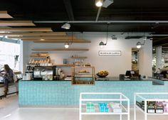 Tegelwerk in opvallende kleur of grijsjes- counter horeca ( koffie uitgifte of take away)