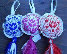 #mexicano #bordado #kimono #ilgili #sonucu #grsel #ilekimono bordado mexicano ile ilgili görsel sonucu Mexican Birthday Parties, Pom Pom Animals, Mexican Textiles, Mexican Christmas, Scandinavian Folk Art, Lace Earrings, Mexican Art, Felt Flowers, Handicraft