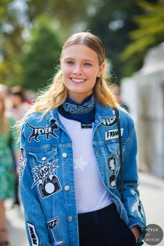 Wondering how to wear a bandana with your outfit this season? Keep reading for seven of our favorite looks that include this versatile accessory. Street Chic, Street Style 2017, Model Street Style, Street Styles, Street Wear, Giovanna Battaglia, Alexa Chung, Denim Fashion, Womens Fashion