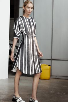 See the complete Sportmax Resort 2017 collection.