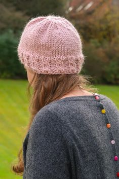 As a twist on the classic ribbed beanie, this easy knit hat pattern can be made with or without a hole in the top for a messy bun or ponytail. Your messy hair bun acts as a pompom for a fun, original, and very practical look. Easy Knit Hat, Cable Knit Hat, Knitted Hats, Yarn Projects, Sewing Projects, Messy Bun Hairstyles, Messy Hair, New Crafts, Step By Step Instructions