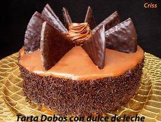 Tarta relleno con crema de chocolate y dulce de leche, decorada por los lados con fideos de chocolate y arriba con galletas de barquillos de chocolate, estupenda tarta.
