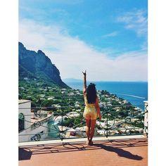 Horns up in Capri, Italy!   @byunnana  #hookem