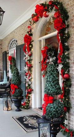 38 Stunning Christmas Front Door Décor Ideas | DigsDigs